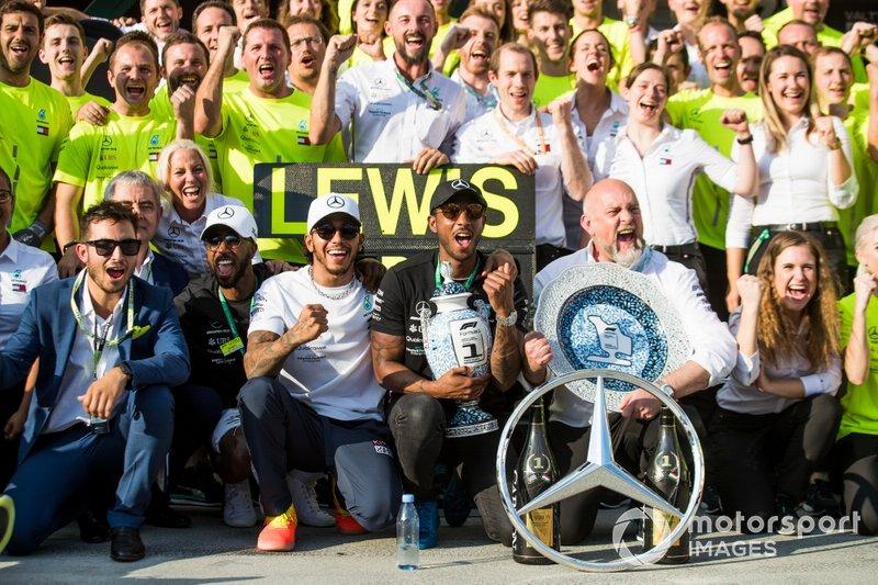 Lewis Hamilton, Mercedes AMG F1, 1ª posición, el equipo Mercedes y sus invitados celebran