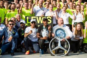 Lewis Hamilton, Mercedes AMG F1, viert zijn overwinning met team en gasten