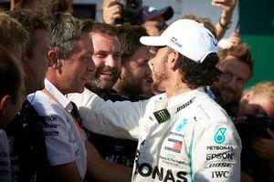 Il primo classificato Lewis Hamilton, Mercedes AMG F1, festeggia con il suo team