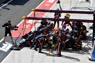 Pierre Gasly, Red Bull Racing RB15, fa uno pit stop