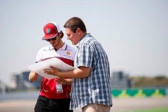 Antonio Giovinazzi, Alfa Romeo Racing camina por la pista