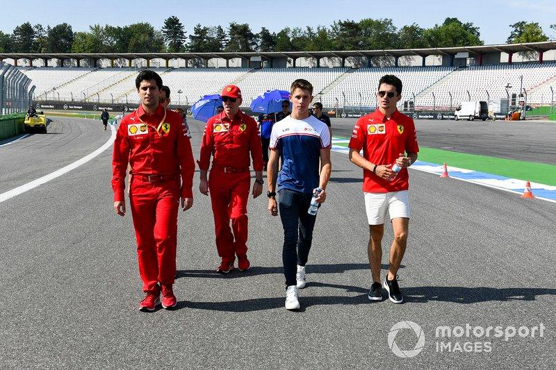 Charles Leclerc, Ferrari recorre la pista con su hermano Arthur Leclerc y sus mecánicos