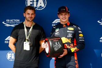 Pole Sitter Max Verstappen, Red Bull Racing receives the Pirelli Pole Position Award from Jeremy Irvine, Actor