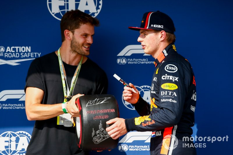 Max Verstappen, Red Bull Racing, riceve il Pirelli Pole Position Award
