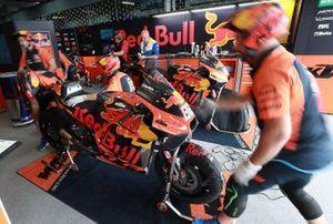 Meccanici Red Bull KTM Factory Racing, al lavoro
