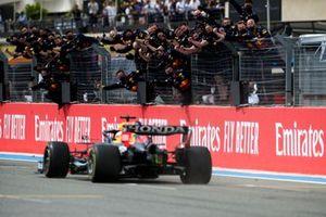 Race Winner Max Verstappen, Red Bull Racing RB16B crosses the finish line to his team celebrating