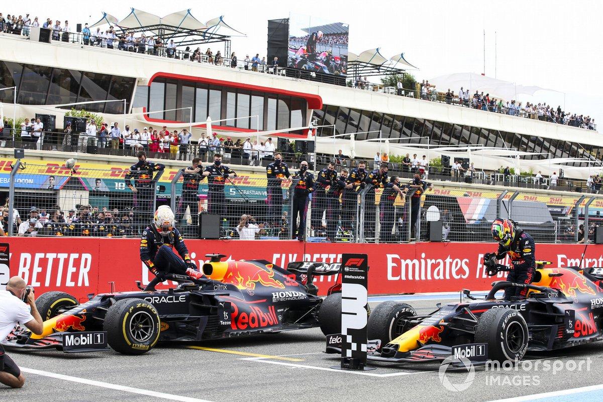 Max Verstappen, Red Bull Racing, 1° classificato, e Sergio Perez, Red Bull Racing, 3° classificato, arrivano nel Parco Chiuso