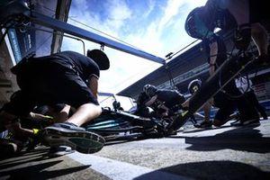 Mercedes-monteurs oefenen pitstop