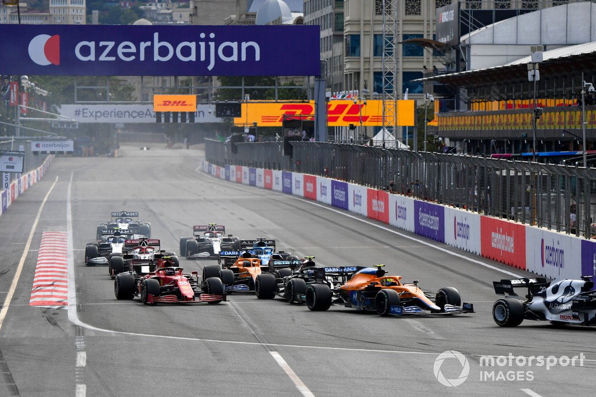 Lando Norris, McLaren MCL35M, Valtteri Bottas, Mercedes W12, Carlos Sainz Jr., Ferrari SF21, Daniel Ricciardo, McLaren MCL35M, al inicio