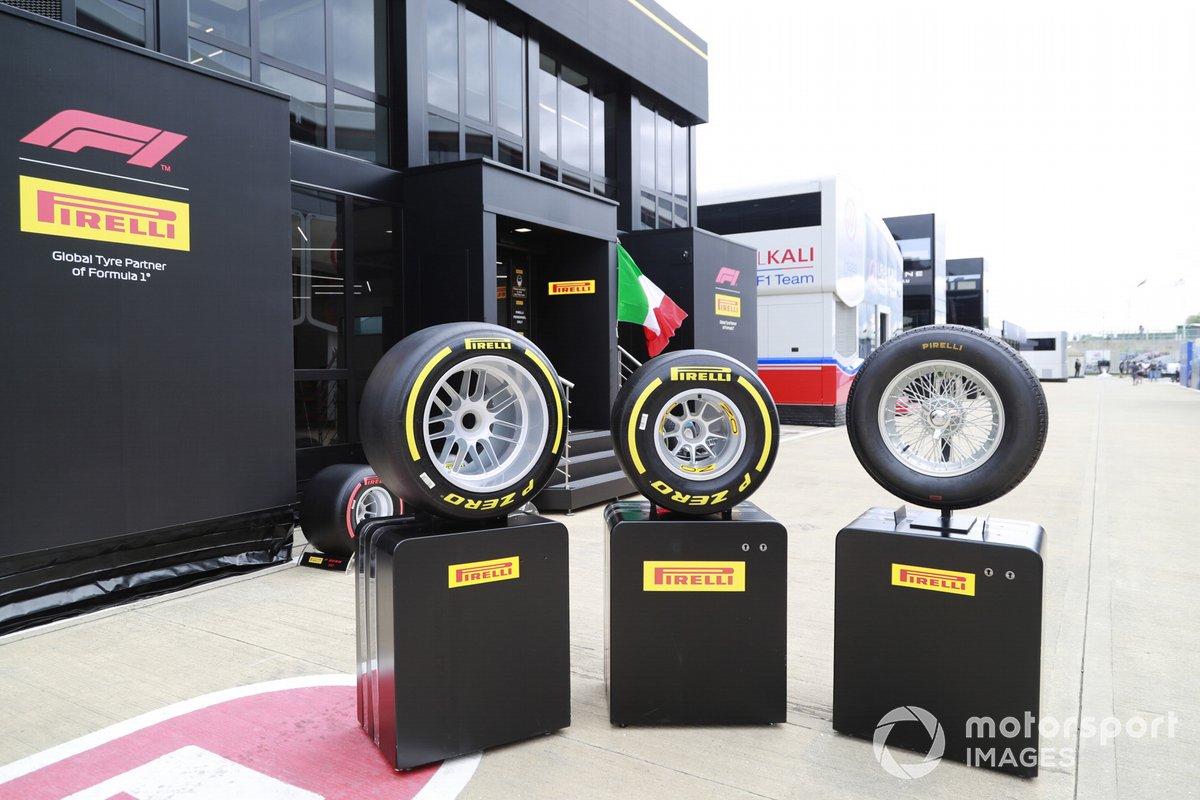 En exhibición la evolución de los neumáticos Pirelli a lo largo de los años, fuera de la zona de hospitalidad de Pirelli