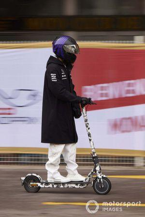 Lewis Hamilton, Mercedes, op een stepje