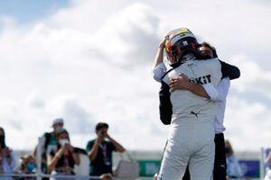 Edoardo Mortara, Venturi Racing, primera posición, celebra con Jerome d'Ambrosio, director adjunto del equipo, Venturi Racing, en el Parc Ferme