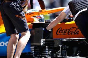 Daniel Ricciardo, McLaren MCL35M, ramené au stand