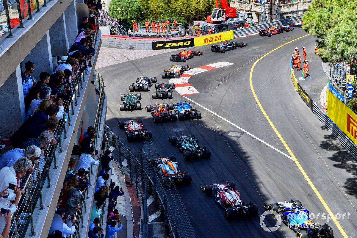 Arrancada Max Verstappen, Red Bull Racing RB16B, Valtteri Bottas, Mercedes W12, Carlos Sainz Jr., Ferrari SF21, Lando Norris, McLaren MCL35M, al inicio