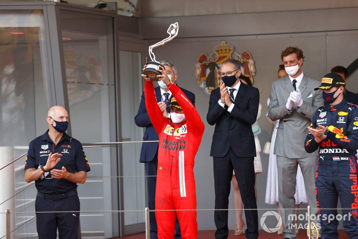 Podio: segundo lugar Carlos Sainz Jr., Ferrari,