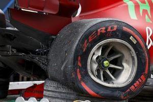 La voiture endommagée de Charles Leclerc, Ferrari SF21, sur un camion