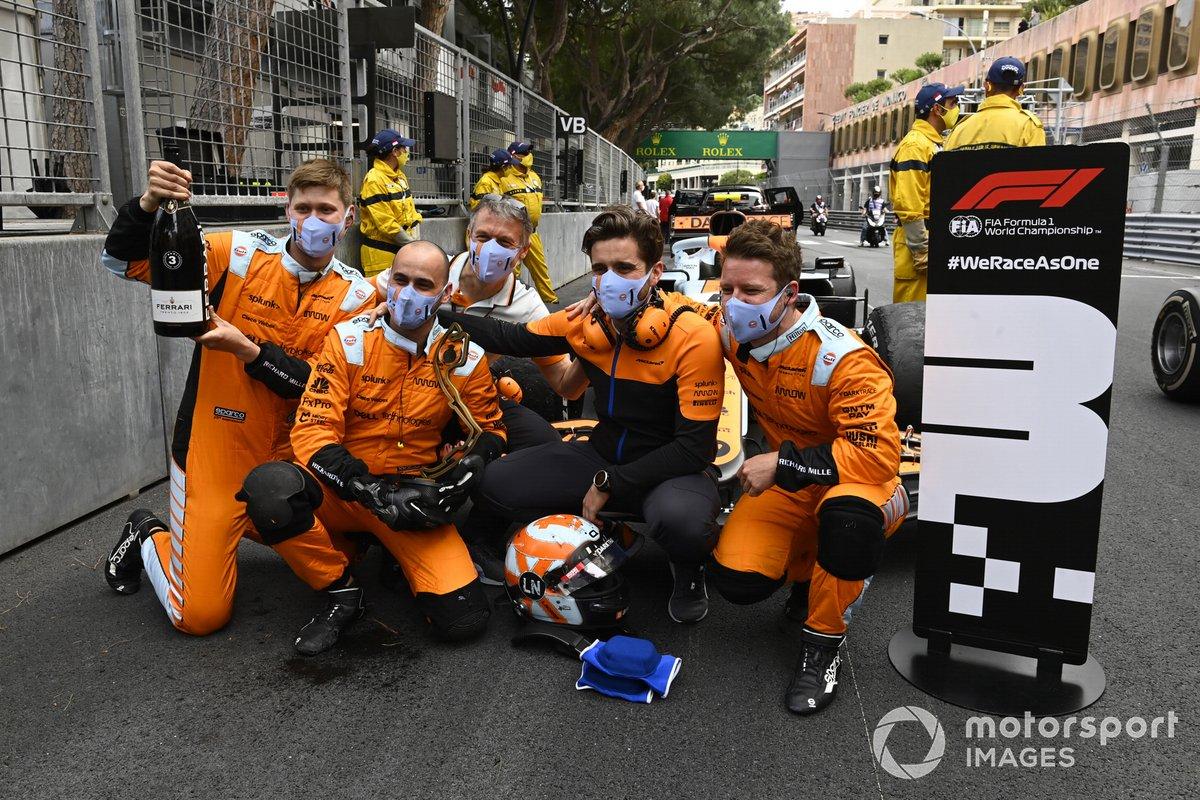 Los mecánicos de McLaren celebran en el Parc Ferme