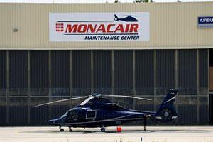 Un Eurocopter EC 155 B1 en la plataforma del aeropuerto