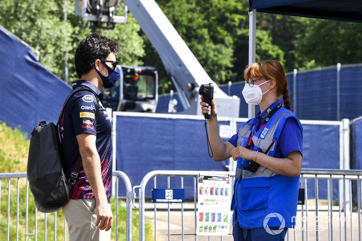 A Sergio Pérez, Red Bull Racing, le toman la temperatura