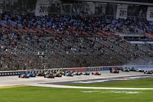 Start zum XPEL 375 auf dem Texas Motor Speedway: Scott Dixon, Chip Ganassi Racing Honda, führt bei Massencrash im Hinterfeld