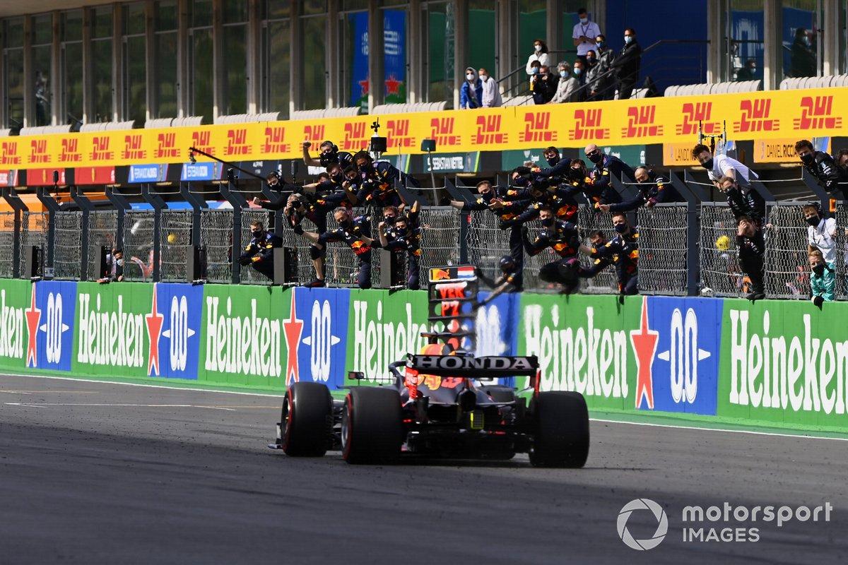 Max Verstappen, Red Bull Racing RB16B, 2ª posición, cruza la meta para alegría de su equipo