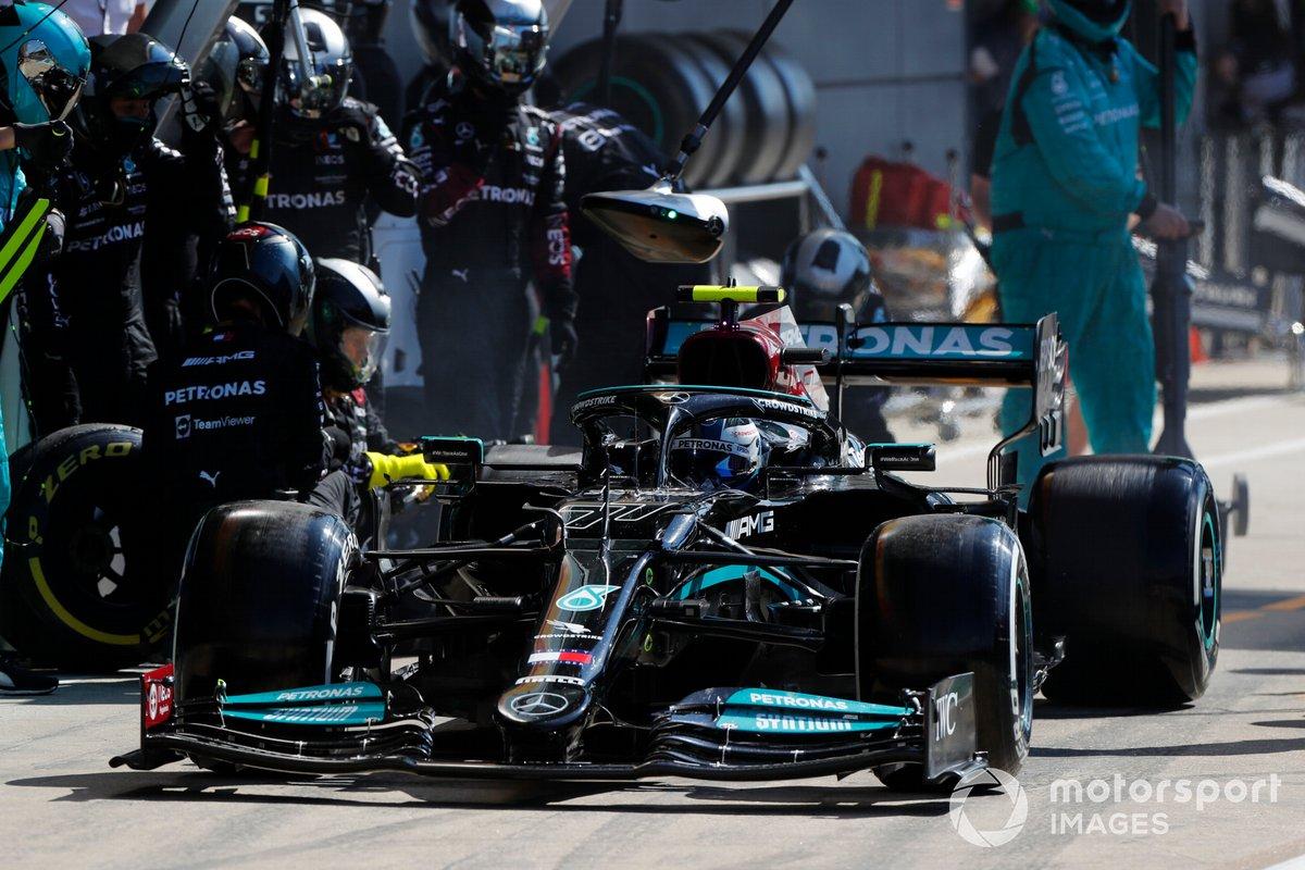 Valtteri Bottas, Mercedes W12, lascia i pit box dopo una fermata