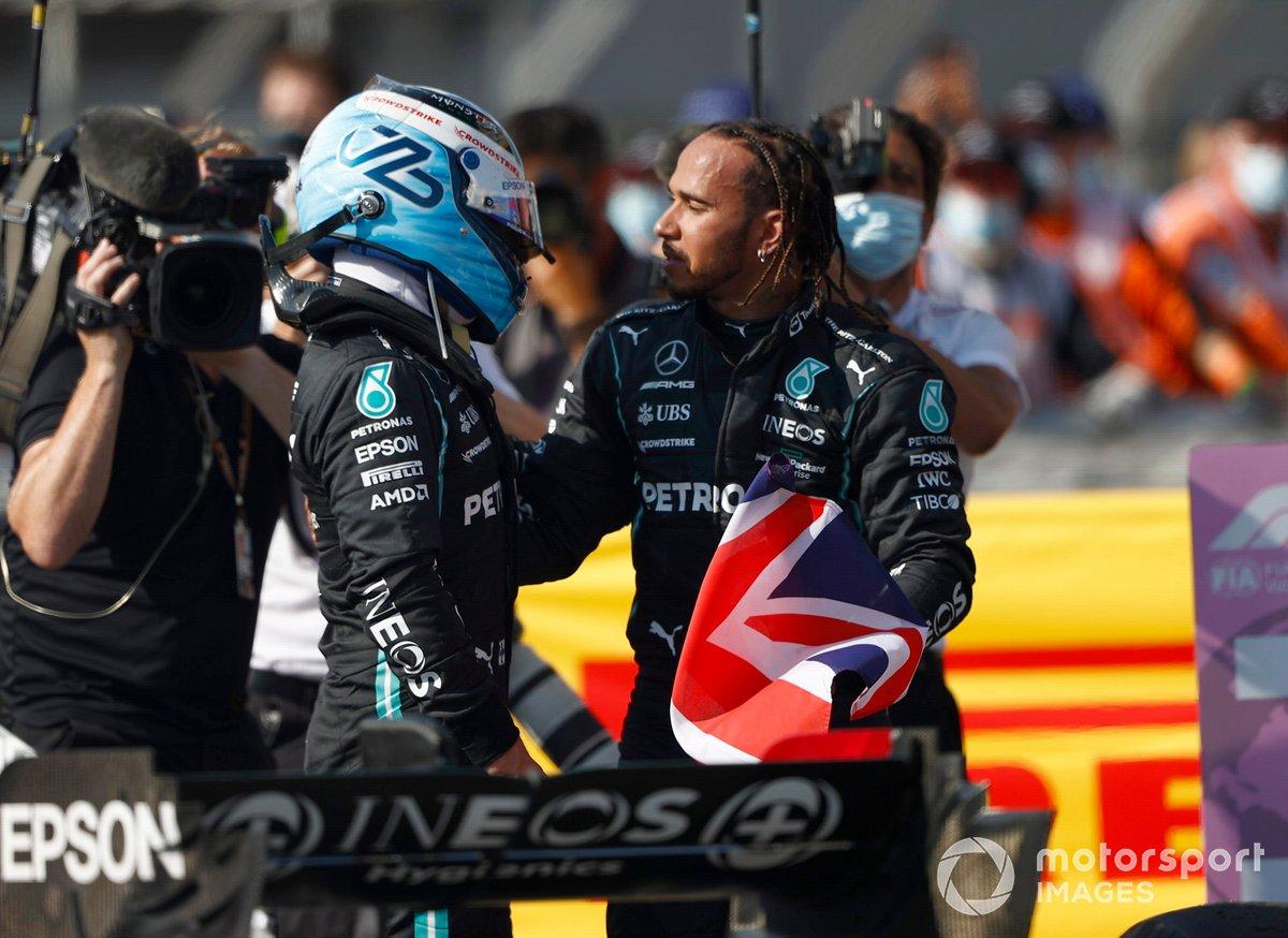 Lewis Hamilton, Mercedes, primo classificato, e Valtteri Bottas, Mercedes, terzo classificato, al Parc Ferme
