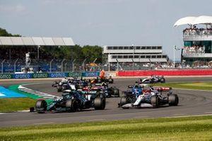Lance Stroll, Aston Martin AMR21, Kimi Raikkonen, Alfa Romeo Racing C41, Antonio Giovinazzi, Alfa Romeo Racing C41, et le reste des monoplaces au restart