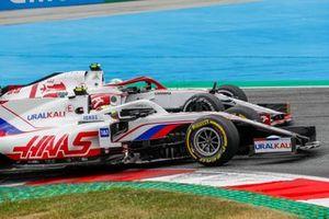 Mick Schumacher, Haas VF-21, battles with Antonio Giovinazzi, Alfa Romeo Racing C41