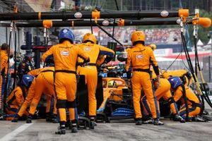 Lando Norris, McLaren MCL35M, maakt een pitstop