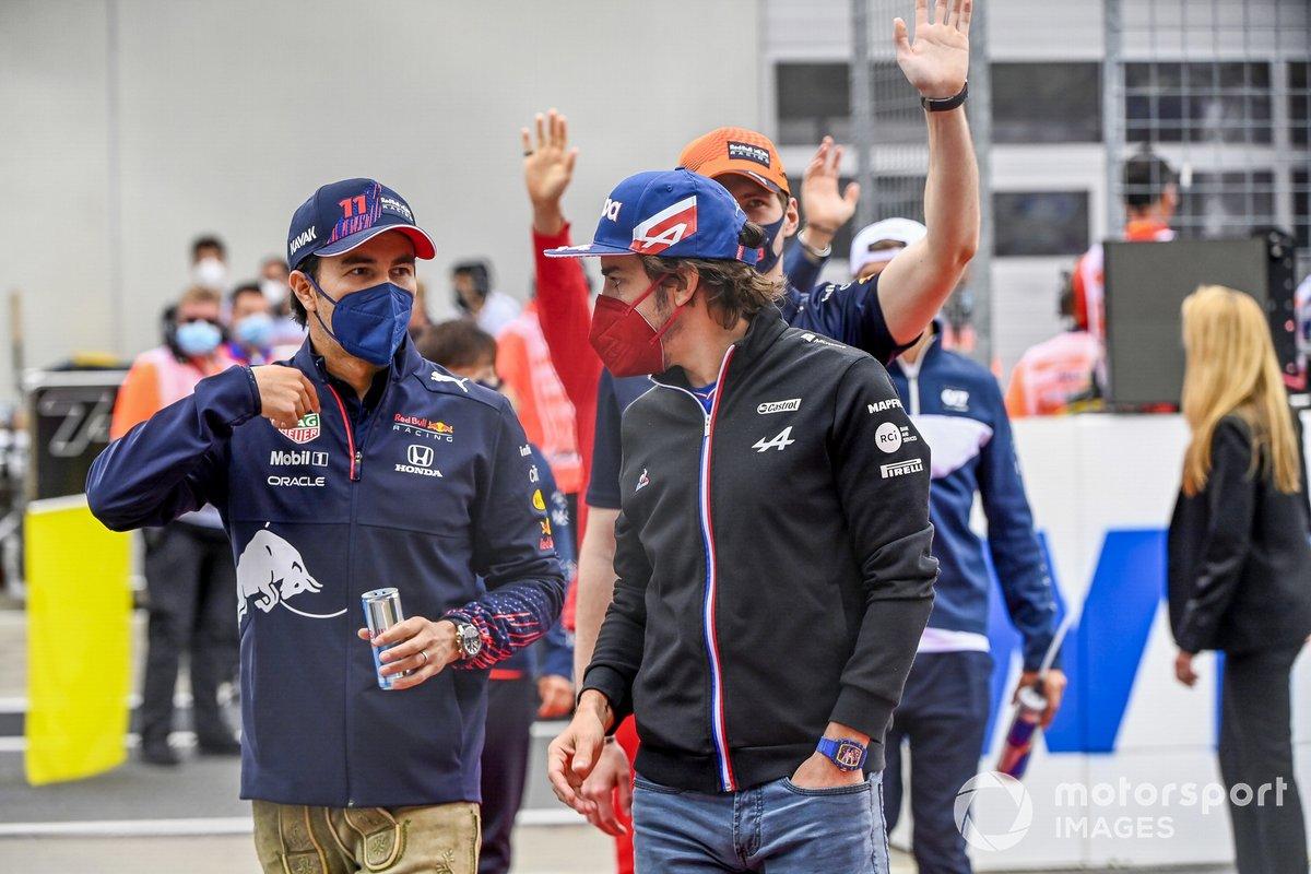 Sergio Pérez, Red Bull Racing, y Fernando Alonso, Alpine F1, en el drivers parade