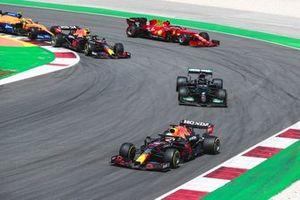 Max Verstappen, Red Bull Racing RB16B, Lewis Hamilton, Mercedes W12, Sergio Perez, Red Bull Racing RB16B, Carlos Sainz Jr., Ferrari SF21, en Lando Norris, McLaren MCL35M