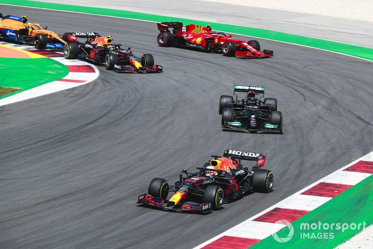 Max Verstappen, Red Bull Racing RB16B, Lewis Hamilton, Mercedes W12, Sergio Perez, Red Bull Racing RB16B, Carlos Sainz Jr., Ferrari SF21, e Lando Norris, McLaren MCL35M