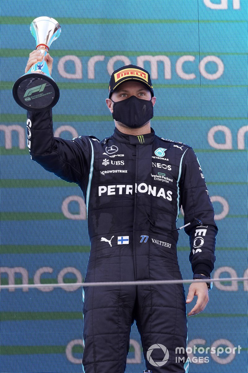 Valtteri Bottas, Mercedes, tercera posición, en el podio con su trofeo