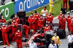 Team Ferrari sulla griglia prima della partenza