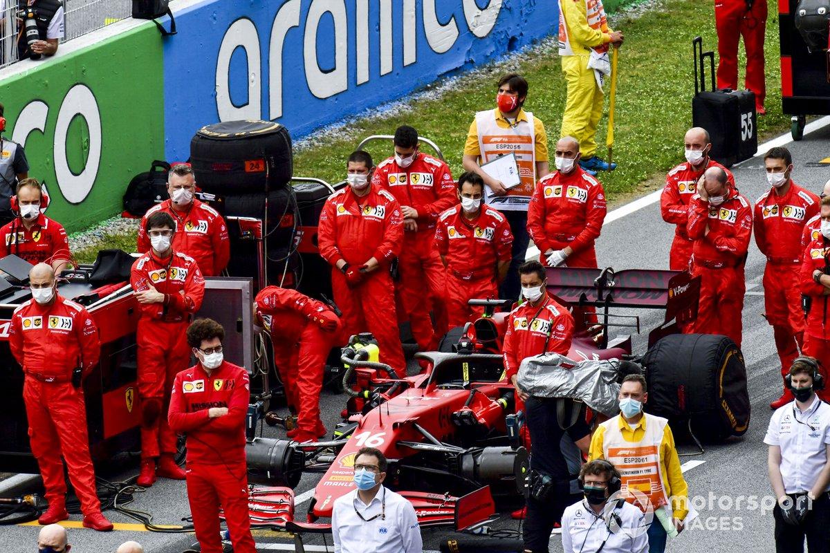 El equipo Ferrari en la parrilla antes de la salida