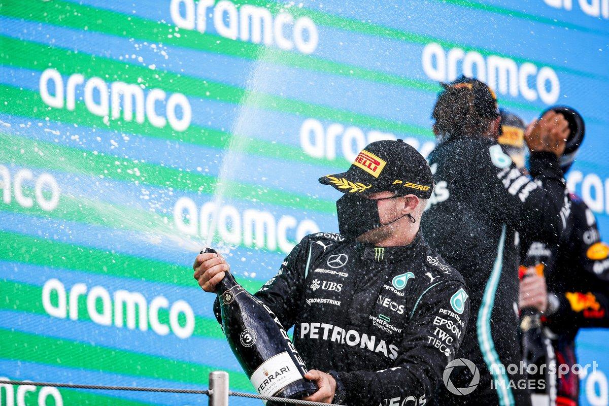 Valtteri Bottas, Mercedes festeggia sul podio con lo champagne