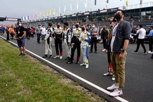 Los pilotos miran a los aficionados en la tribuna