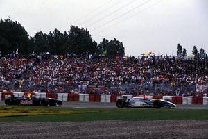 Eddie Irvine, Jordan Peugeot 195 leads Heinz-Harald Frentzen, Sauber Cosworth C14