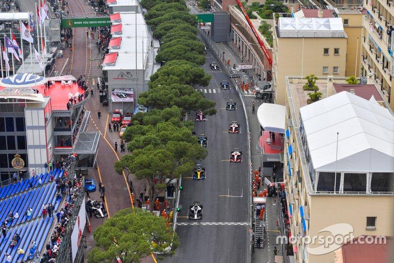 Nyck De Vries, ganador de la pole position, ART Grand Prix, dirige a Luca Ghiotto, UNI Virtuosi Racing, Mick Schumacher, Prema Racing y el resto de la parrilla de salida