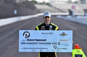 Simon Pagenaud, Team Penske Chevrolet NTT P1 premio y ganador de la pole con cheque, primera fila