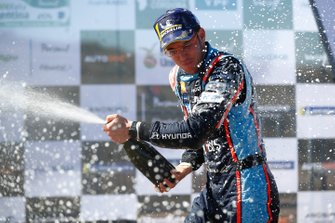 Thierry Neuville, Hyundai Motorsport Hyundai i20 Coupe WRC fête sa victoire