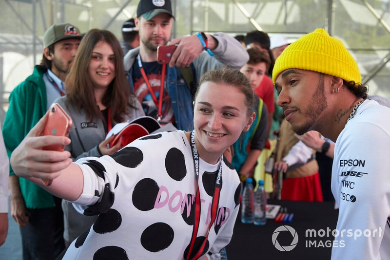 Lewis Hamilton, Mercedes AMG F1, posa per un selfie