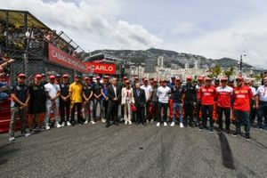 Drivers with Red Hats in tribute of Niki Lauda