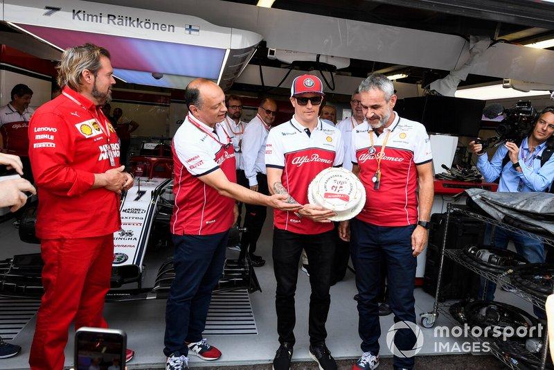 Frederic Vasseur, Team Principal, Alfa Romeo Racing and Kimi Raikkonen, Alfa Romeo Racing to celebrate his 300th GP