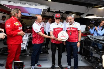Frederic Vasseur, Director del equipo, Alfa Romeo Racing y Kimi Raikkonen, Alfa Romeo Racing para celebrar su 300º GP