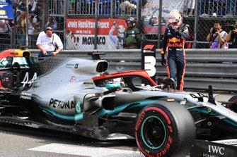 Lewis Hamilton, Mercedes AMG F1 W10, llega a la parrilla después de haber asegurado la pole