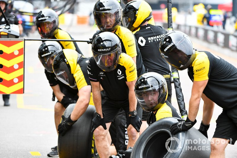 The Renault pit crew during practice
