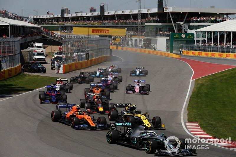 Valtteri Bottas, Mercedes AMG W10, precede Nico Hulkenberg, Renault F1 Team R.S. 19, Lando Norris, McLaren MCL34, Max Verstappen, Red Bull Racing RB15, Daniil Kvyat, Toro Rosso STR14, Carlos Sainz Jr., McLaren MCL34, e il resto delle auto all'inizio della gara