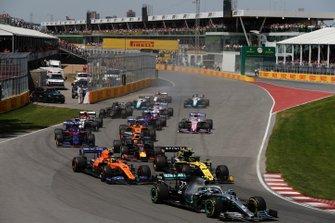 Valtteri Bottas, Mercedes AMG W10, devant Nico Hulkenberg, Renault F1 Team R.S. 19, Lando Norris, McLaren MCL34, Max Verstappen, Red Bull Racing RB15, Daniil Kvyat, Toro Rosso STR14, Carlos Sainz Jr., McLaren MCL34, et le reste du peloton au départ